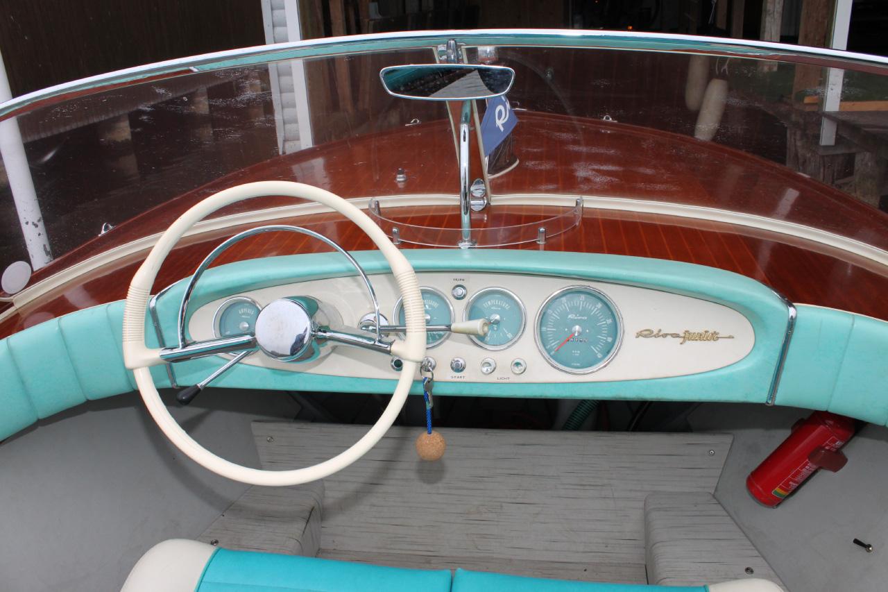Das schöne Cockpit einer Riva Junior